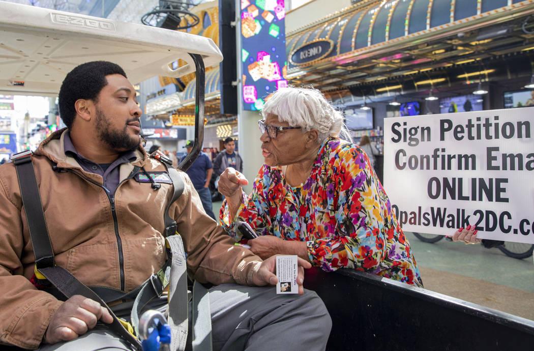 Opal Lee, de 93 años, de Fort Worth, Texas, habla con Shamar Henderson, de Las Vegas, mientras ...