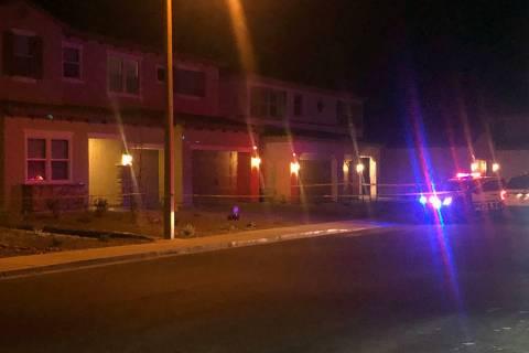 La policía investiga un tiroteo en la cuadra 5900 de la Avenida Yellow Ridge en Las Vegas el j ...