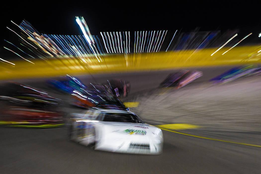 La estrella de la NASCAR, Kyle Busch, da la vuelta a la esquina en la carrera de Star Nursery 1 ...