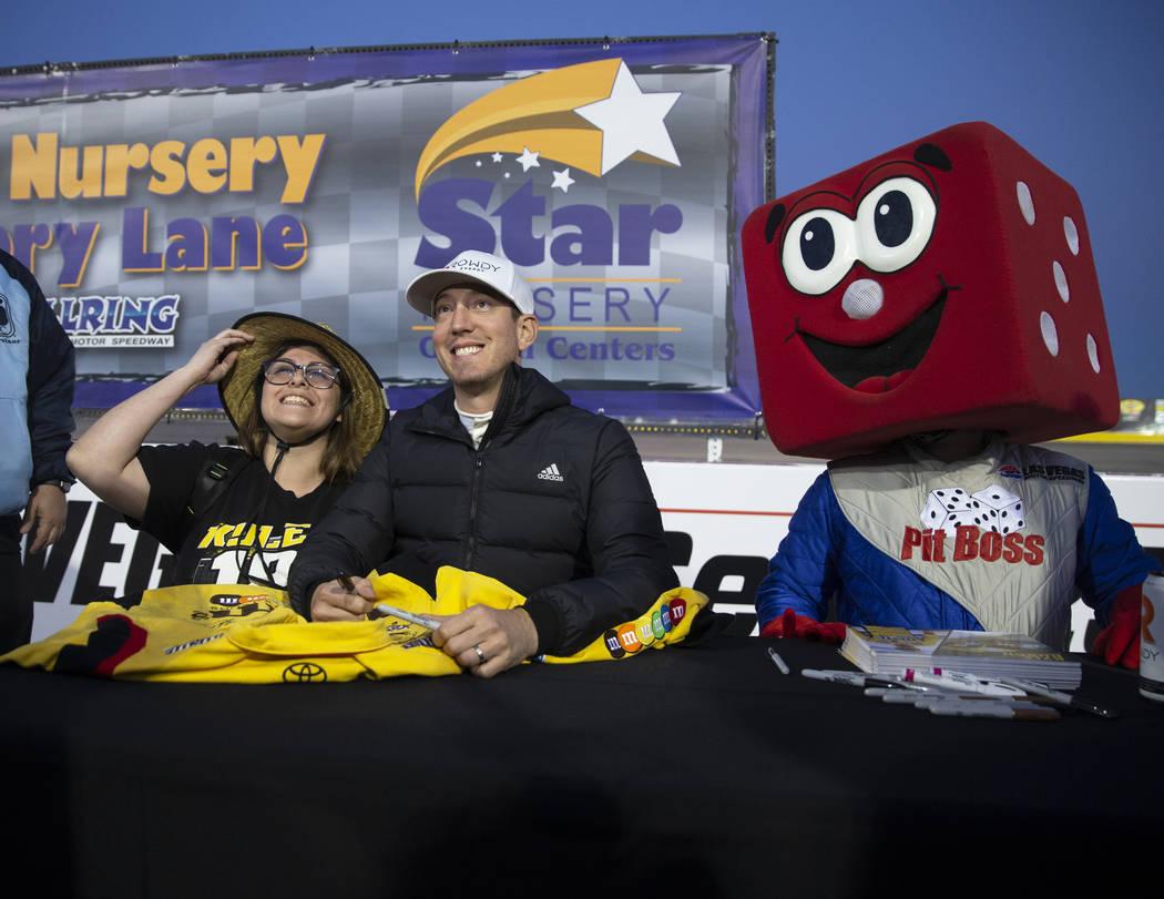 Diamante Elenes, izquierda, se toma una foto con la estrella de la NASCAR, Kyle Busch, antes de ...