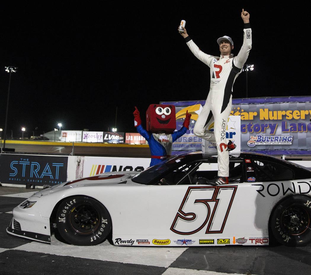 La estrella de la NASCAR, Kyle Busch, celebra después de ganar la carrera Star Nursery 100 Sup ...