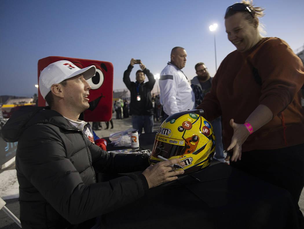 Sondra Peterson, derecha, recibe su casco firmado por la estrella de la NASCAR, Kyle Busch, ant ...