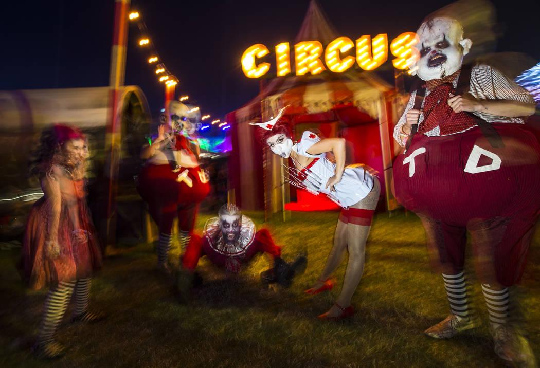 Personajes disfrazados posan durante el primer día del Electric Daisy Carnival en el Motor Spe ...