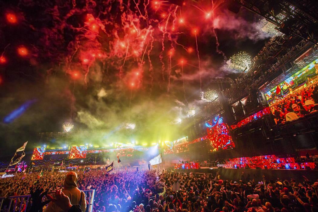 Los fuegos artificiales iluminan el cielo durante la presentación de Steve Aoki en el escenari ...