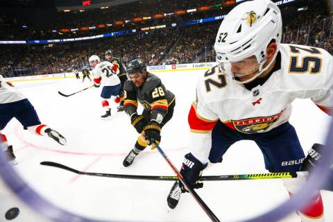 William Carrier (28), de Golden Knights, y MacKenzie Weegar (52), de Florida Panthers, luchan p ...
