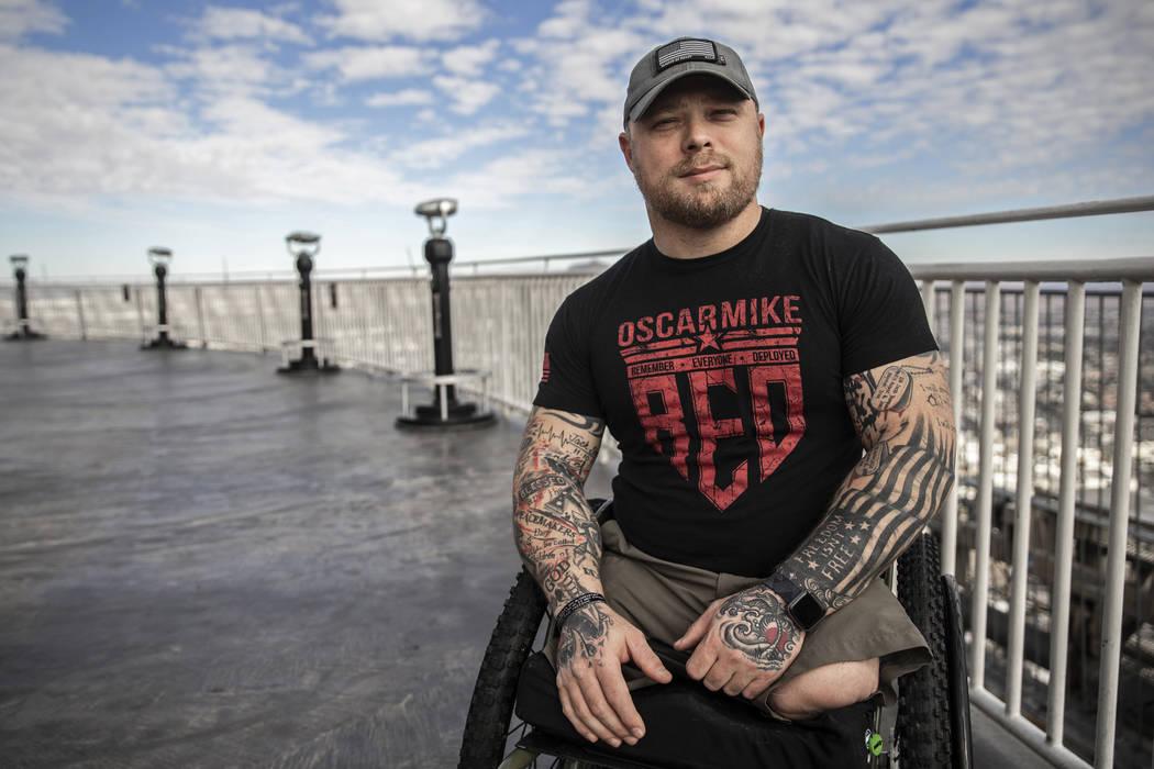 Travis Strong, un veterano del Ejército que perdió ambas piernas durante un ataque en Bagdad, ...