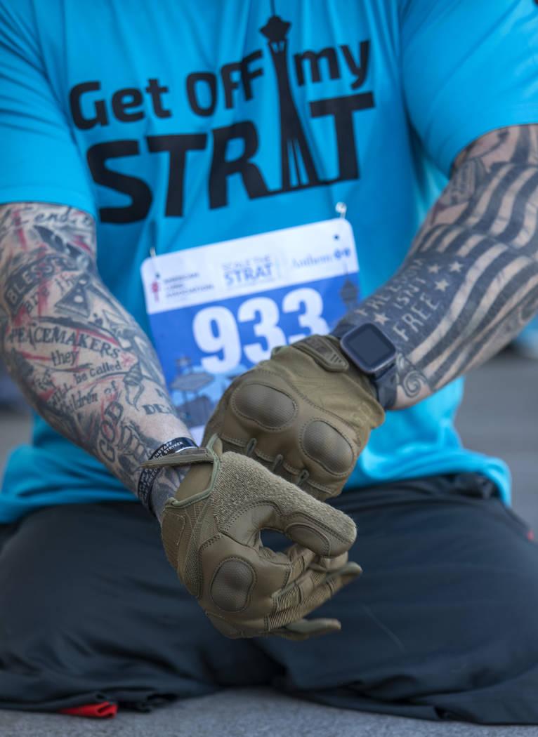 Travis Strong, un veterano que perdió ambas piernas en Bagdad, se pone guantes para proteger s ...