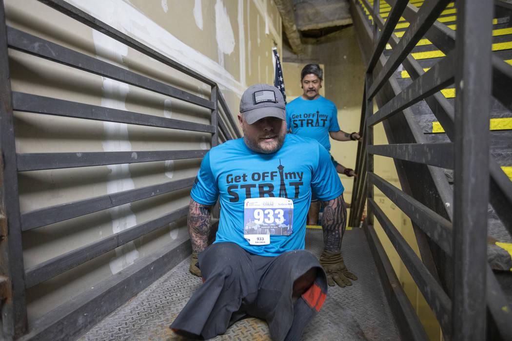 Travis Strong, un doble amputado, sube todas las escaleras del Strat con sus brazos el domingo, ...