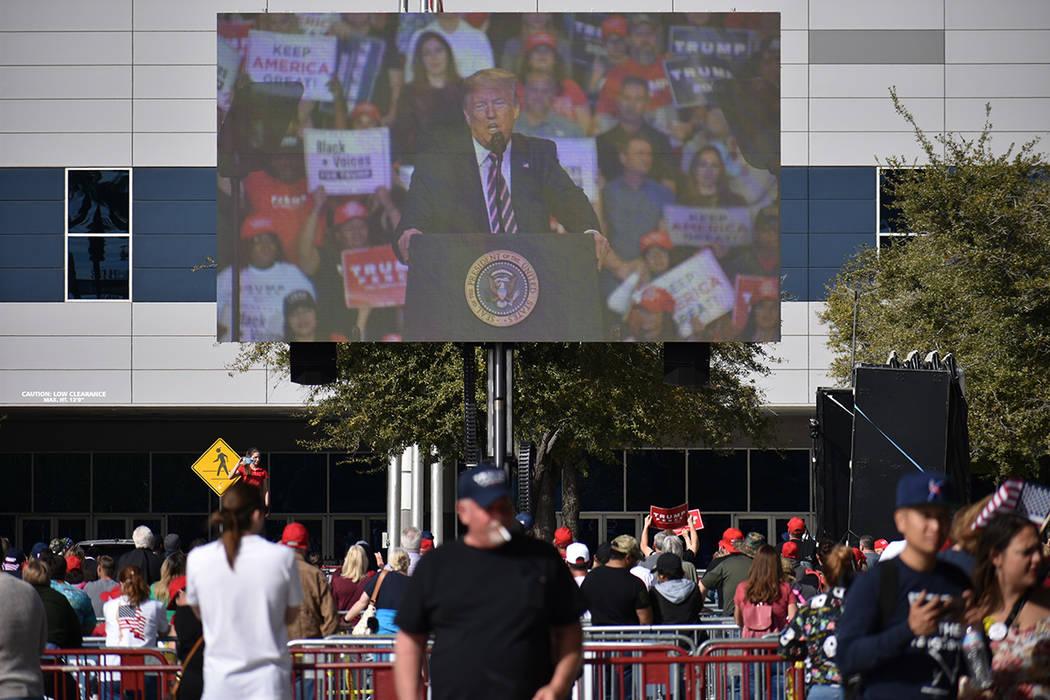 Los seguidores del presidente Donald Trump acudieron en gran número para apoyarlo rumbo a su r ...