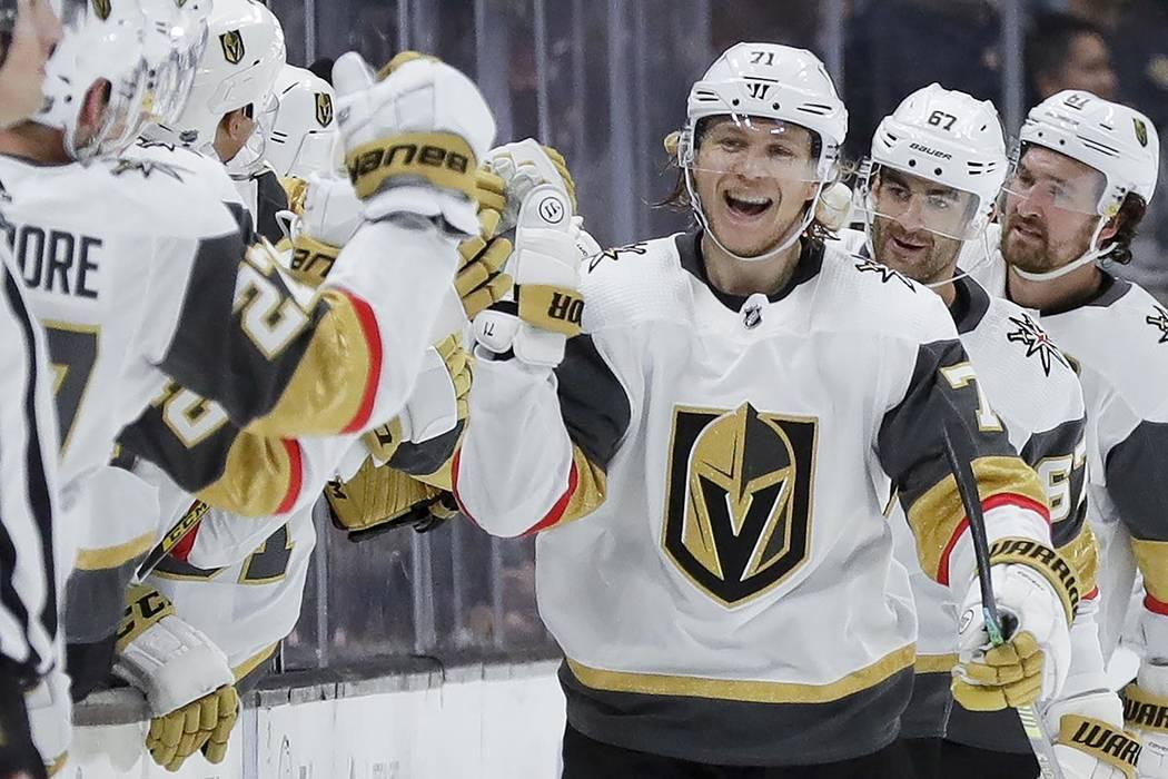 El centro de los Golden Knights de Las Vegas, William Karlsson, celebra después de anotar dura ...