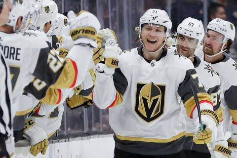 El centro de los Golden Knights de Las Vegas, William Karlsson, celebra después de anotar dura ...