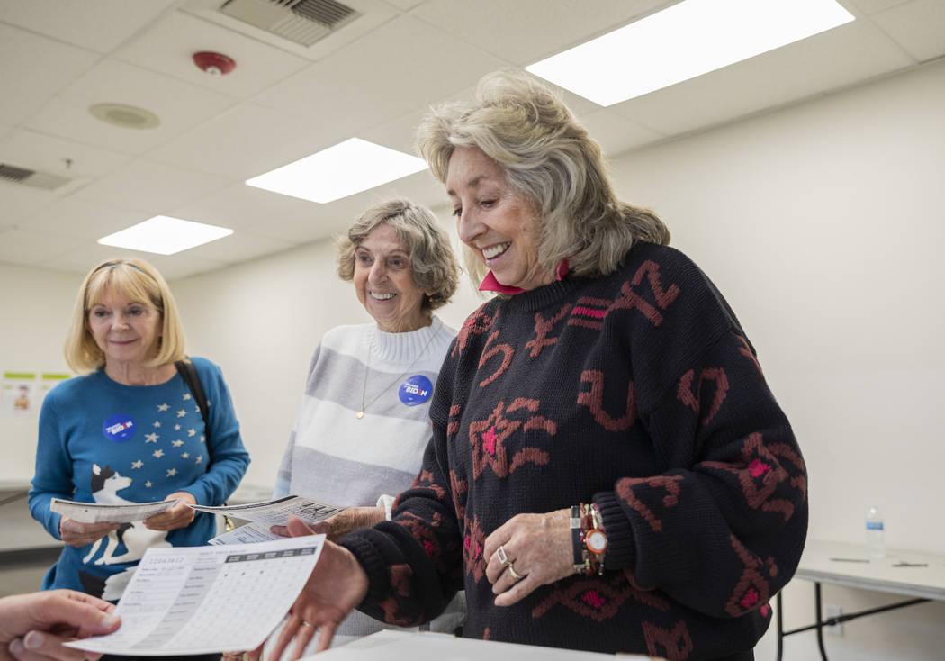 Rho Hudson, izquierda, Betty Titus, centro, y la representante Dina Titus, demócrata por Nevad ...