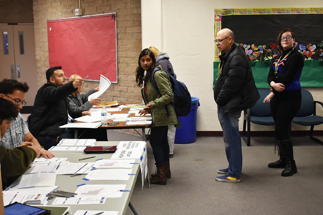 Decenas de personas participaron en el Caucus realizado en la escuela primaria Pat A. Diskin. S ...