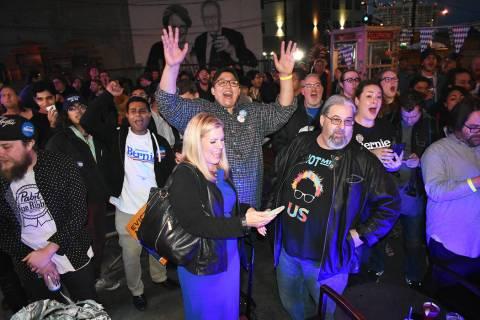 Los simpatizantes de Bernie Sanders se reunieron en el centro de Las Vegas para celebrar el tri ...