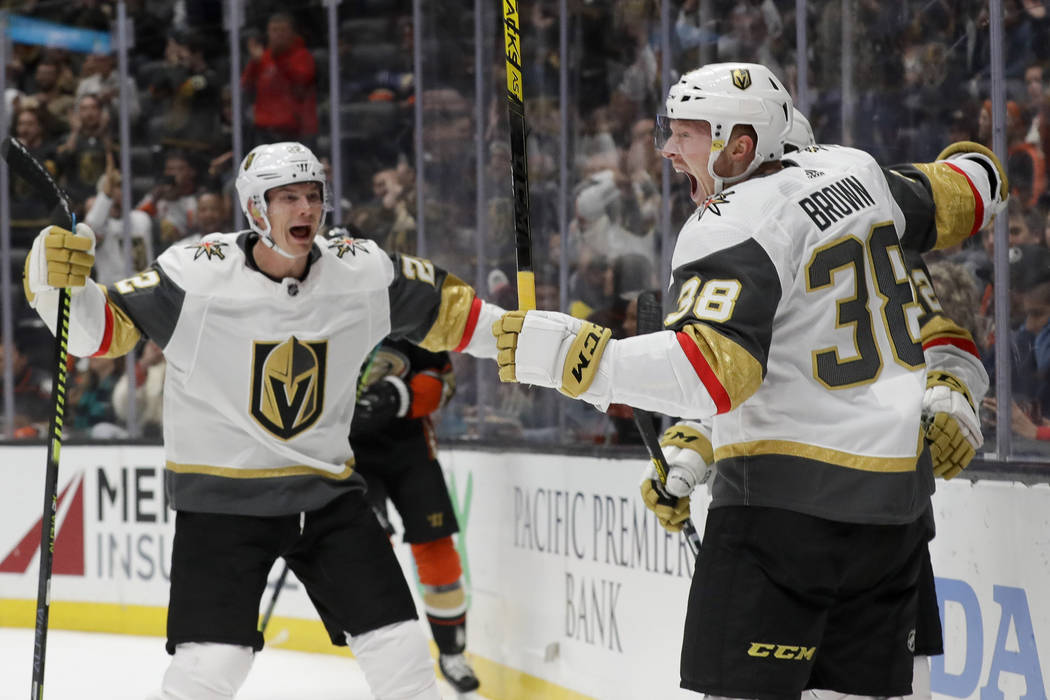 El centro de los Golden Knights de Las Vegas, Patrick Brown, derecha, celebra con el defensor N ...