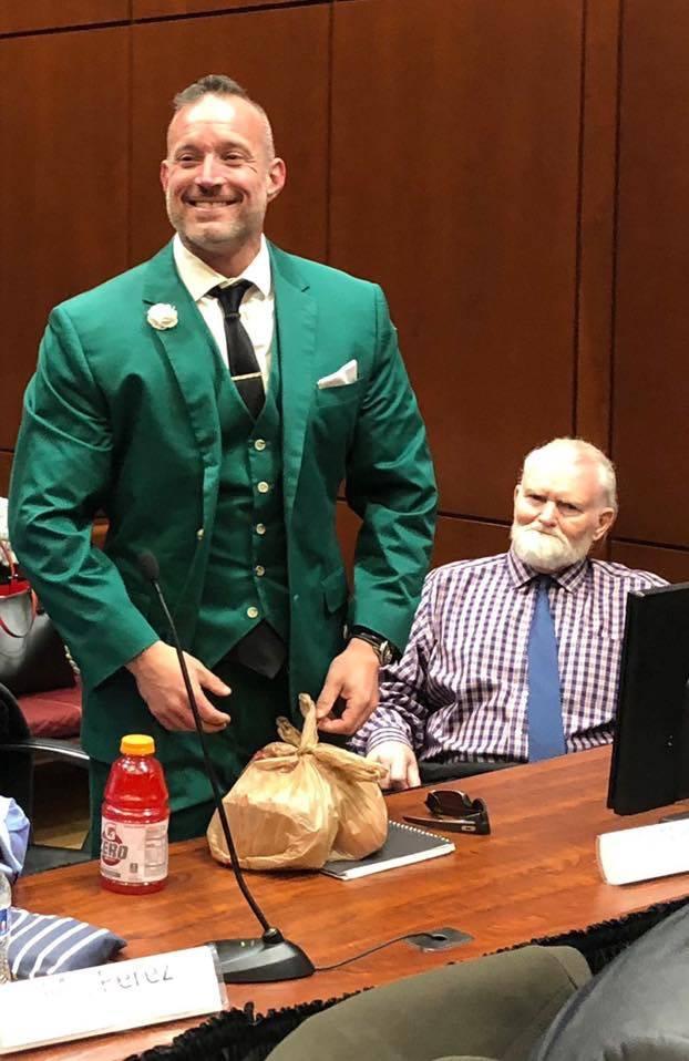 """El abogado defensor Jess Marchese, izquierda, y el acusado James """"Jimbo"""" Gillespie, de 72 años ..."""