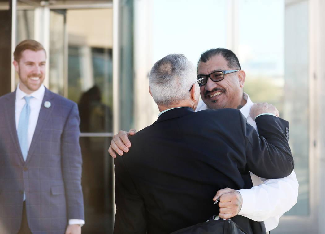 El abogado Shawn Pérez, a la izquierda, abraza al acusado absuelto Pastor Palafox fuera de la ...