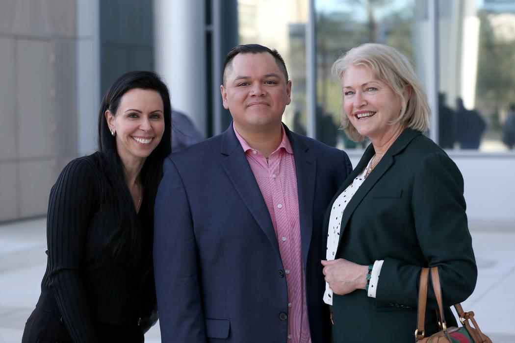 Las abogadas Ivette Amelburu Maningo, izquierda, y Kathleen Bliss posando con Diego García, un ...