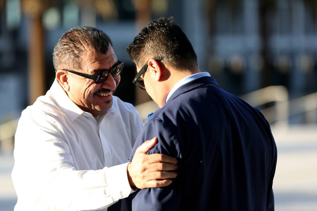 Pastor Palafox, a la izquierda, saluda a Bradley Campos frente a la corte federal de Las Vegas ...