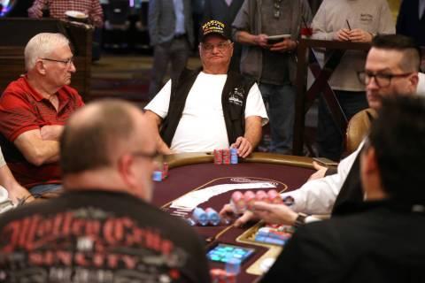 Earl McKee, izquierda, de Canadá, y Dan Shubin, de Las Vegas, participan en la primera partida ...