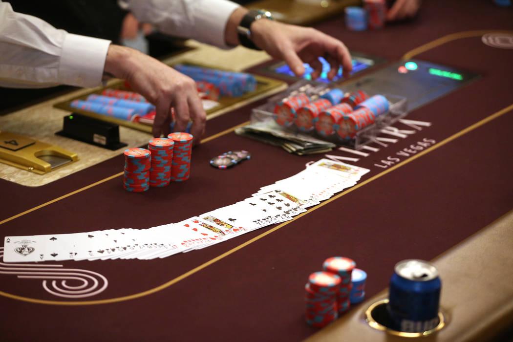 Las fichas de póquer se recogen para la primera partida durante un gran evento de apertura de ...