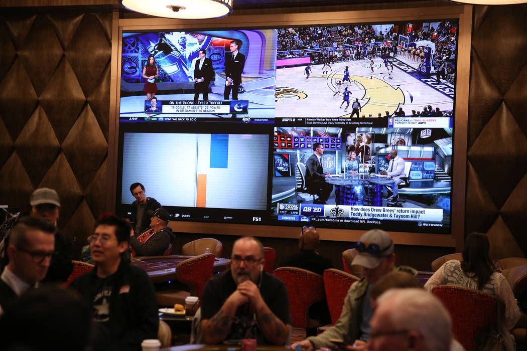 Televisores en la pared de la nueva sala de póquer del casino y hotel Sahara Las Vegas el vier ...