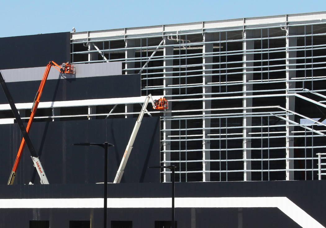 Obreros en las instalaciones de práctica de los Raiders en Henderson el lunes, 24 de febrero d ...