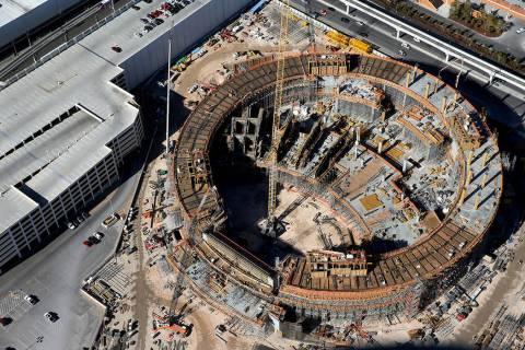Vista aérea del sitio de construcción de la MSG Sphere en Las Vegas, jueves, 23 de enero de 2 ...