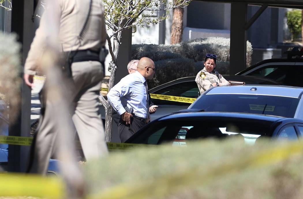 La policía de Las Vegas investiga un tiroteo fatal en la dirección 9100 W. Flamingo Road el m ...