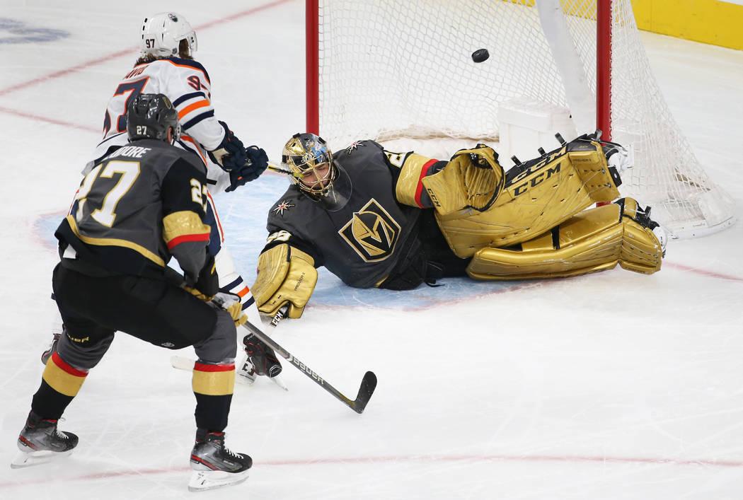 El portero de los Golden Knights de Las Vegas, Marc-André Fleury (29), hace una atajada en pic ...
