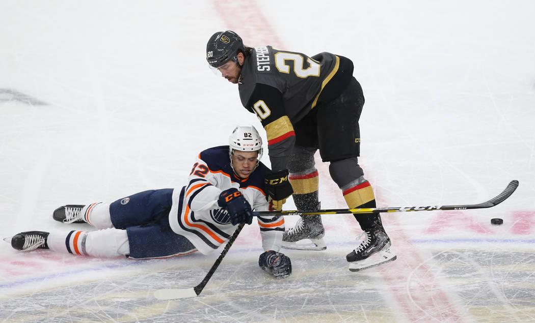 El centro de los Golden Knights de Las Vegas, Chandler Stephenson (20), choca con el defensor d ...