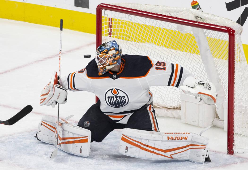 El portero de los Edmonton Oilers, Mikko Koskinen (19), hace una atajada durante el segundo tie ...
