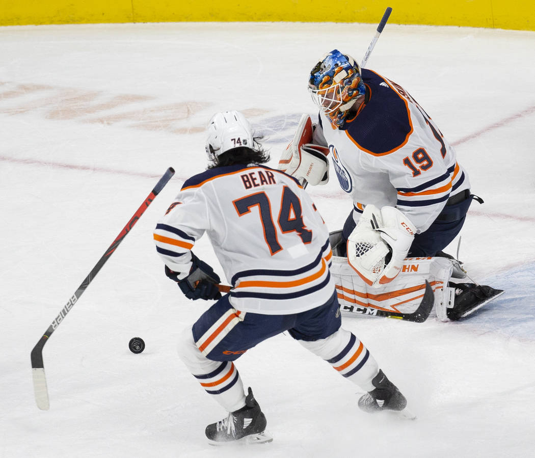 El portero de los Edmonton Oilers, Mikko Koskinen (19), hace una atajada en el segundo tiempo c ...