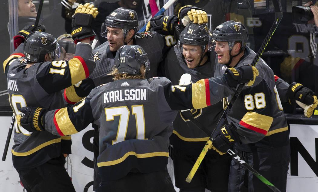El ala derecha de los Golden Knights de las Vegas, Reilly Smith (19) y el centro, William Karls ...