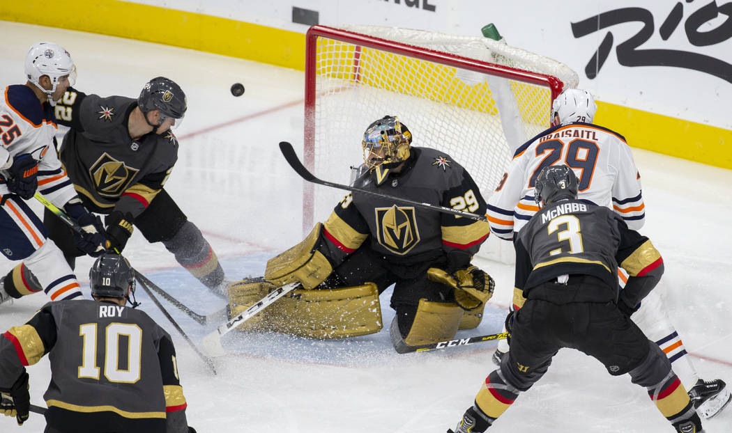 El portero de los Golden Knights de Las Vegas, Marc-André Fleury (29), hace una atajada contra ...