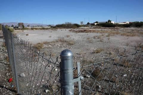 Un terreno vacío al este de 4500 Meadows Lane, junto al centro comercial Meadows, fotografiado ...