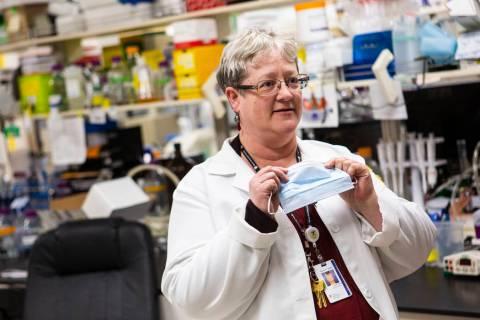Karen Duus, profesora e investigadora de virus en la Universidad de Touro, Nevada, habla sobre ...
