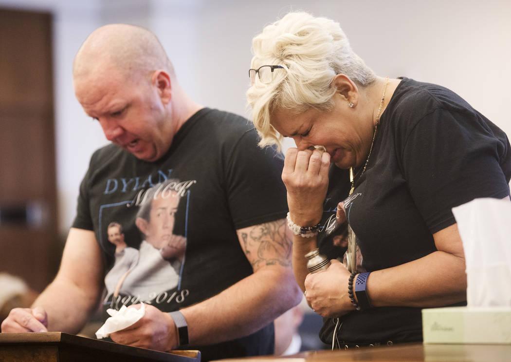 Renee Mack, madre de Dylan Mack, llora mientras su esposo, Morgan, da su declaración de impact ...