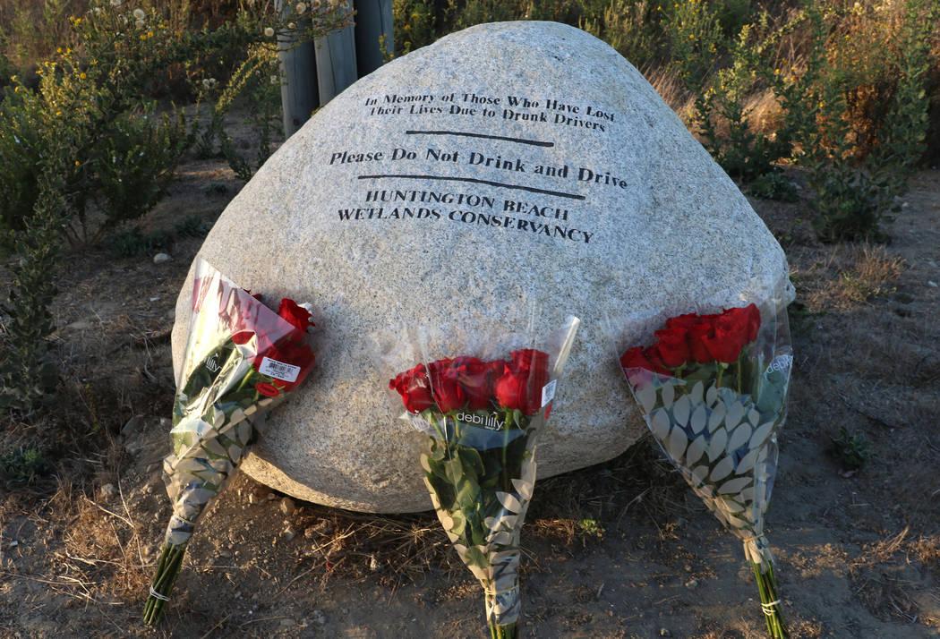 Tres ramos de rosas, uno para cada uno de los adolescentes fallecidos en un accidente automovil ...