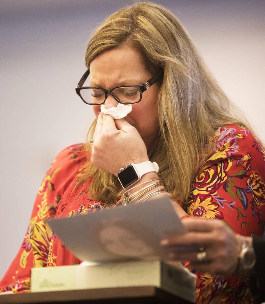 Rhonda Hawley, madre de Brooke Hawley, llora mientras da su declaración el jueves, 27 de febre ...