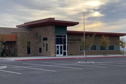 El estacionamiento vacío de la Academia Doral de la Escuela Primaria Red Rock, ubicada en 626 ...