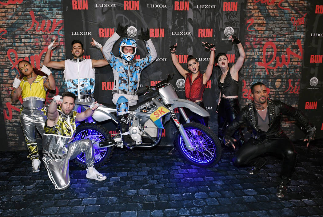 """Los miembros del elenco posan en la gran noche de apertura de """"R.U.N - El primer thriller de ac ..."""