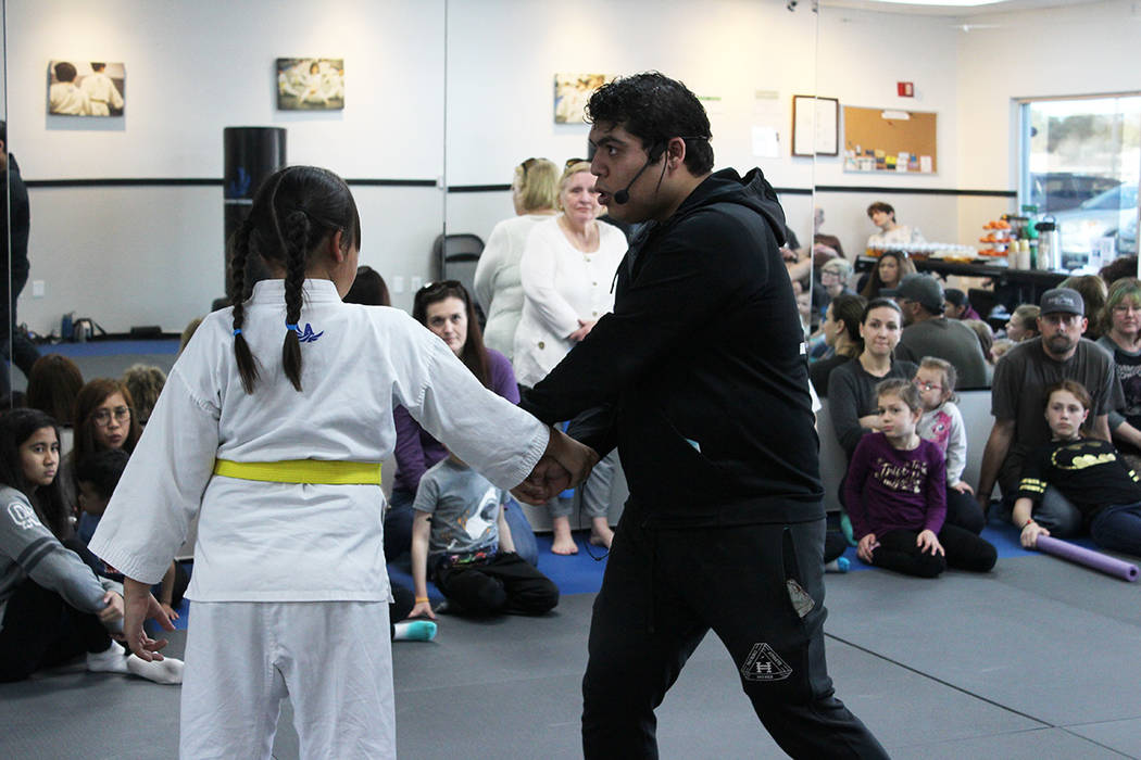 El sensei Sandoval fue campeón de Estados Unidos en la Federación Mundial de Karate. Domingo ...