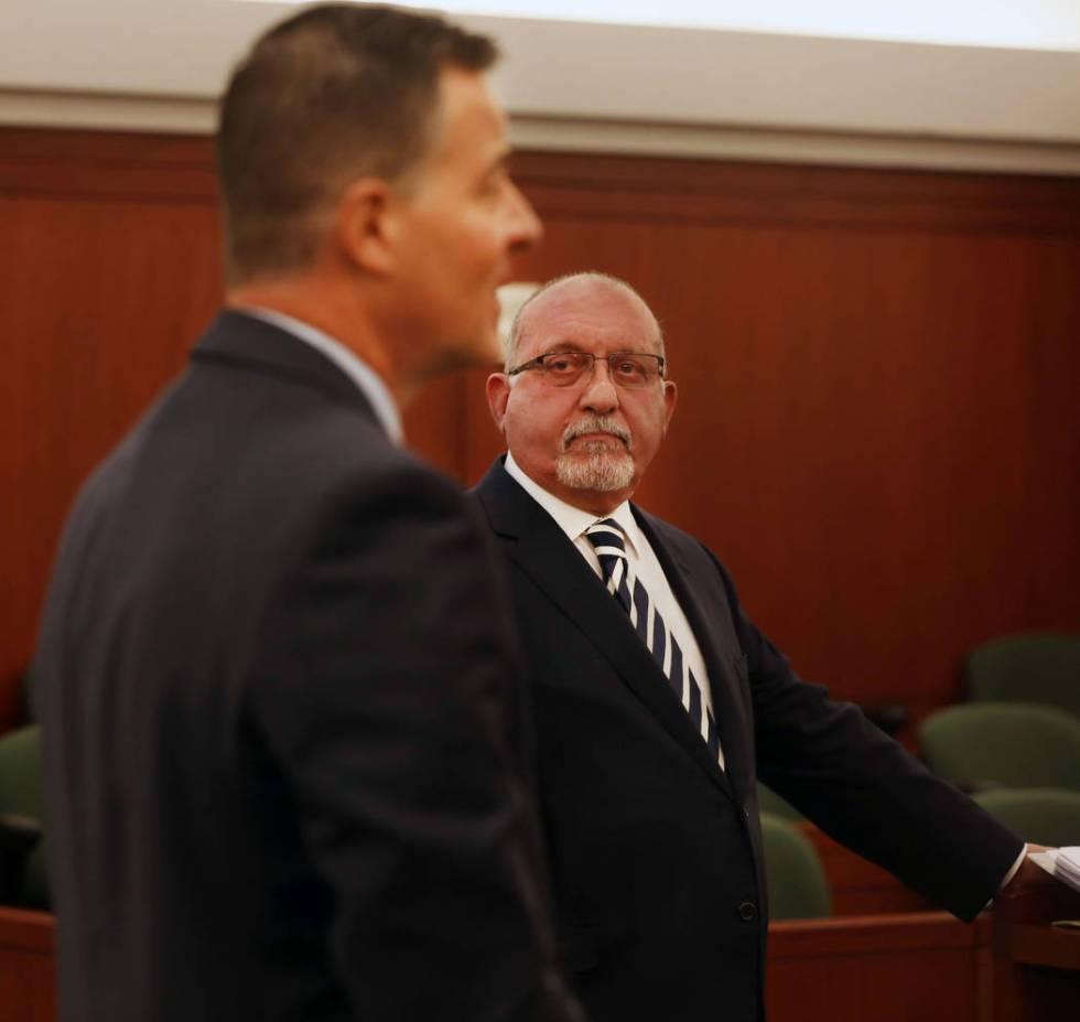 El abogado Dominic Gentile, a la izquierda, y el abogado Christian Matthew, representando al De ...