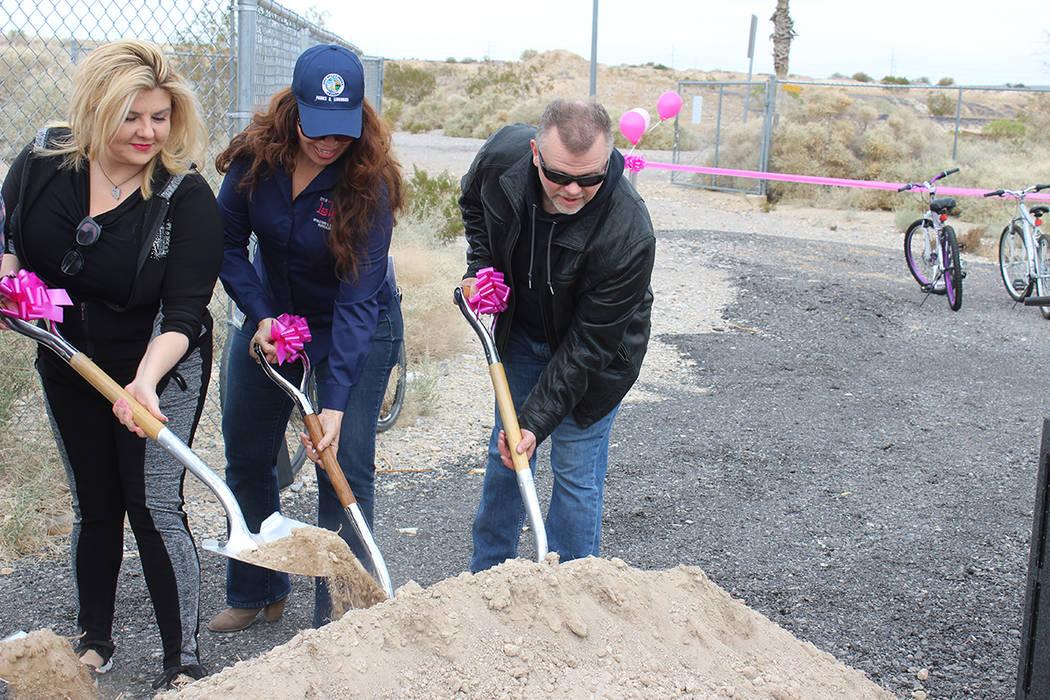 Representante de Ward 6, Michele Fiore, y los ingenieros de la ciudad de Las Vegas, Rosa Corté ...