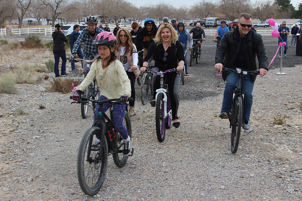 Ciclistas curiosos asistieron a conocer los terrenos de terracería donde se harán las pistas. ...