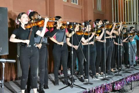 Mariachi Femenil Internacional, de la Academia de Artes de Las Vegas, ofreció un atractivo con ...
