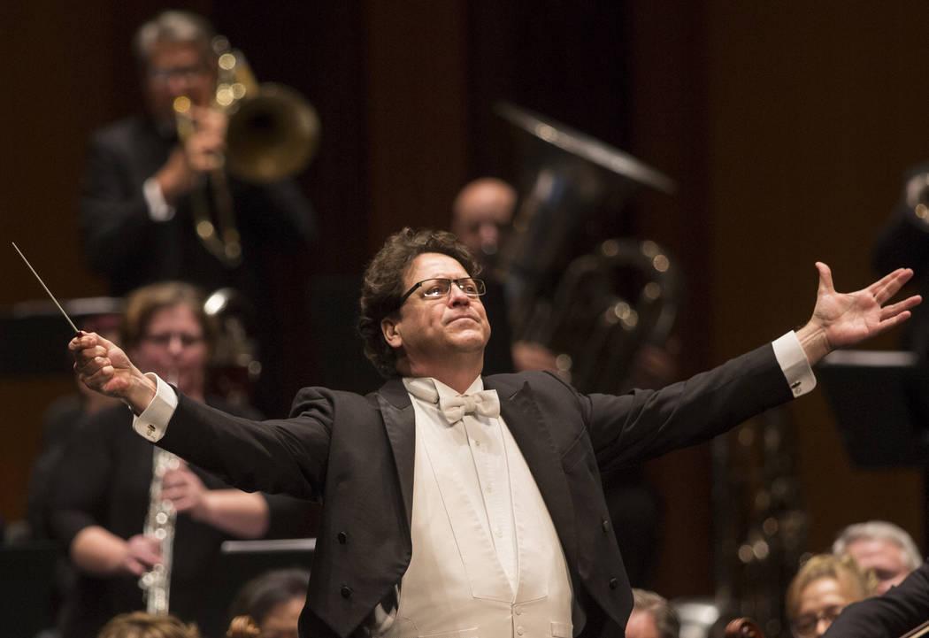 El director musical Donato Cabrera saluda a la audiencia antes del comienzo de la presentación ...