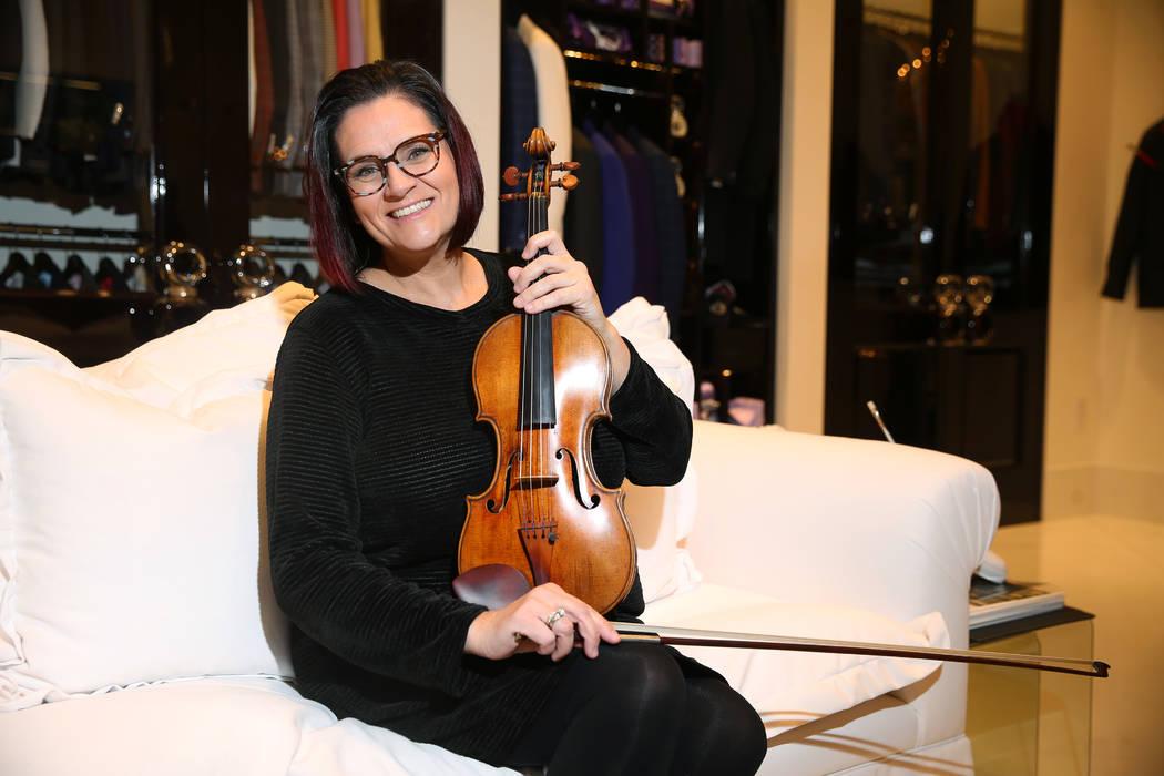 La concertista de la Filarmónica de Las Vegas, De Ann Letourneau, sostiene un violín Stradiva ...