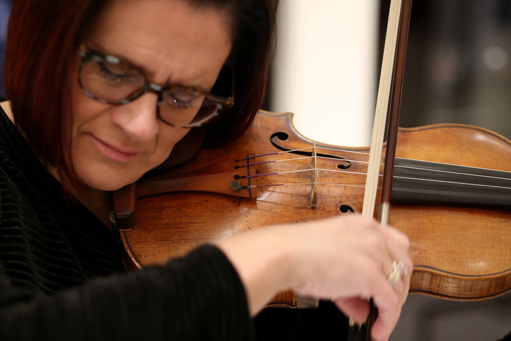 La concertista de la Filarmónica de Las Vegas, De Ann Letourneau, toca un violín Stradivarius ...